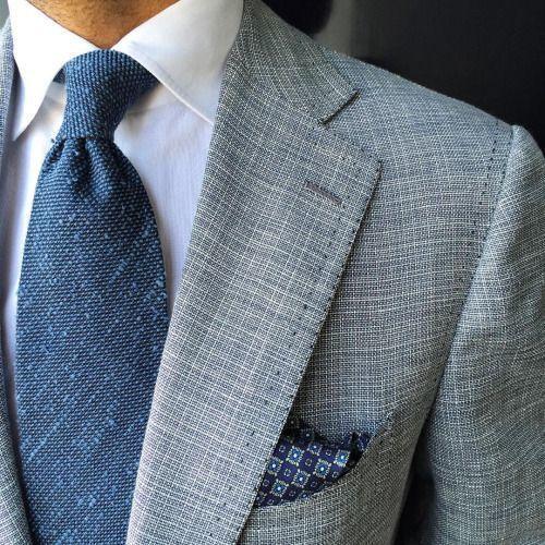 Modré kravaty jsou elegantní a ideální pro muže